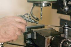 Сверлить работника Сверлить металла заклепка орудийного металла аппликатора заклепывает мастерскую стоковые фотографии rf