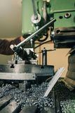 Сверлить работника Сверлить металла заклепка орудийного металла аппликатора заклепывает мастерскую стоковое изображение rf