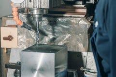 Сверлить работника Сверлить металла заклепка орудийного металла аппликатора заклепывает мастерскую стоковые изображения