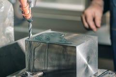Сверлить работника Сверлить металла заклепка орудийного металла аппликатора заклепывает мастерскую стоковое фото
