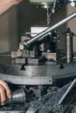 Сверлить работника Сверлить металла заклепка орудийного металла аппликатора заклепывает мастерскую стоковое изображение