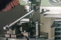 Сверлить работника Сверлить металла заклепка орудийного металла аппликатора заклепывает мастерскую стоковое фото rf