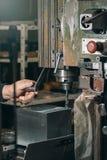 Сверлить работника Сверлить металла заклепка орудийного металла аппликатора заклепывает мастерскую стоковые фото