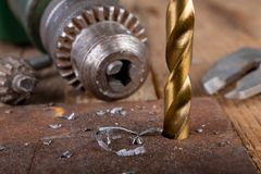 Сверлить со сверлом металла Небольшая работа locksmith в домашней мастерской стоковая фотография rf