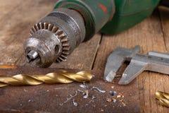 Сверлить со сверлом металла Небольшая работа locksmith в домашней мастерской стоковые фотографии rf