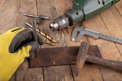 Сверлить со сверлом металла Небольшая работа locksmith в домашней мастерской стоковые изображения