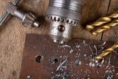 Сверлить со сверлом металла Небольшая работа locksmith в домашней мастерской стоковое изображение