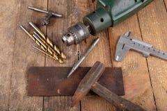 Сверлить со сверлом металла Небольшая работа locksmith в домашней мастерской стоковые изображения rf