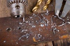Сверлить со сверлом металла Небольшая работа locksmith в домашней мастерской стоковая фотография