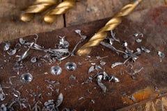 Сверлить со сверлом металла Небольшая работа locksmith в домашней мастерской стоковое фото
