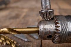 Сверлить со сверлом металла Небольшая работа locksmith в домашней мастерской стоковое фото rf