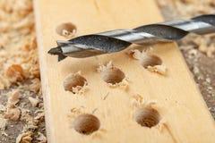 Сверлить с лопастью сверлит внутри макулатурный картон Работа плотничества в мастерской плотничества стоковые изображения