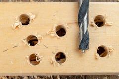 Сверлить с лопастью сверлит внутри макулатурный картон Работа плотничества в мастерской плотничества стоковое фото rf