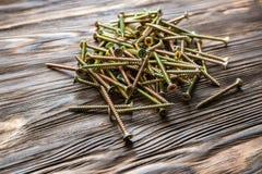 Сверло, винты и шпонки на деревянной предпосылке стоковое фото