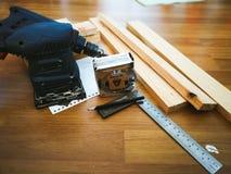 Сверло и набор сверла на деревянном столе стоковое фото rf