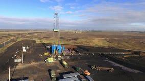 Сверля деррик-кран на месторождении газа сток-видео