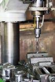 Сверля машина Буровой наконечник установлен в патрон для зажимания сверла Стоковое фото RF