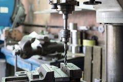 Сверля машина Буровой наконечник установлен в патрон для зажимания сверла Стоковые Изображения