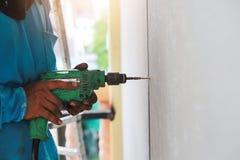 Сверля машина делает отверстие на стене плиток Стоковая Фотография
