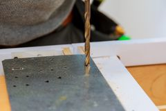 Сверля машина работая на плоской стальной пластине Стоковая Фотография