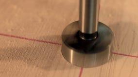 Сверля отверстие в древесине сток-видео