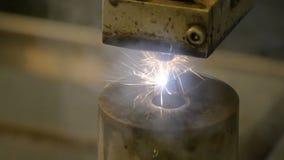 Сверля сталь Искры летают во всех направлениях Электрические прессформы отрезка и сверла инструмента с маслом конец вверх видеоматериал