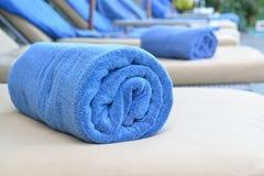 Свернутое голубое полотенце на салонах солнца Стоковая Фотография