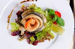 Свернутое гурманом мясо рыб с блюдом креветки Стоковые Изображения