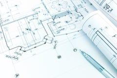 Свернутые архитектурноакустические светокопии и карандаш на чертеже плана здания стоковое фото rf