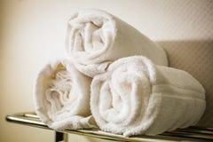 Свернутые белые полотенца на полке Стоковое фото RF