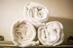 Свернутые белые полотенца на полке Стоковое Изображение RF
