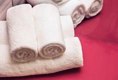 Свернутые белые полотенца в ванной комнате Стоковая Фотография