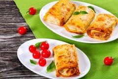 Свернутые блинчики или crepes заполненные с семенить мясом и овощем Стоковое Изображение