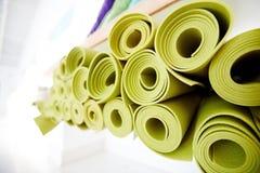 Свернутые зеленые циновки в составе Стоковое Фото