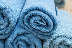 свернутые синью полотенца ванны в ванной комнате Стоковые Изображения