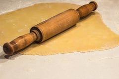 Свернутые тесто и вращающая ось стоковая фотография