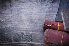 Свернутый вверх по губкам стекольной бумаги зашкурить на винтажном деревянном abra доски Стоковое Изображение RF