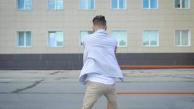 Сверстница городского художника танцуя в лете видеоматериал