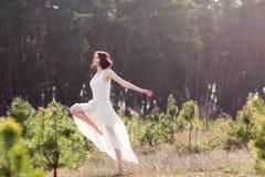 Сверстница танцует в природе Стоковые Изображения
