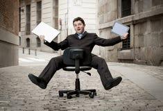 Свертывать бизнесмена покатый на стуле с компьютером и таблеткой Стоковое Изображение RF