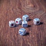 Свертывать 3 кости на деревянном столе Стоковое фото RF