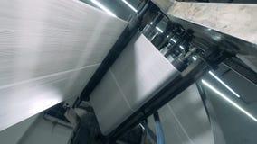 Свертывая газета транспортера двигая, печатая конторские машины видеоматериал