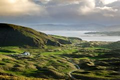 Свертывая зеленые холмы Donegal стоковые фотографии rf