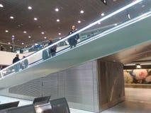 Свертывая пандус с пассажирами внутри Цюрих-авиапорта Стоковые Изображения RF