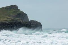 Свертывая прибой, пляж Whipsiderry, Porth, Newquay, Корнуолл стоковое изображение rf