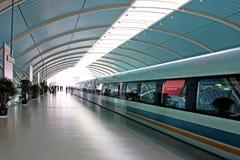 Сверхскоростной пассажирский экспресс ждать в станции, Шанхай, Китай Стоковые Фотографии RF