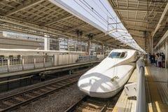 Сверхскоростной пассажирский экспресс Shinkansen в центральной станции Киото, Японии стоковые фото