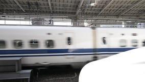 Сверхскоростной пассажирский экспресс Shinkansen в центральной станции Киото, Японии акции видеоматериалы