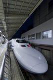 Сверхскоростной пассажирский экспресс Shinkansen на железнодорожном вокзале токио Стоковое фото RF