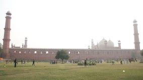 Сверчок воскресенья вне известной мечети Лахора Badshahi видеоматериал